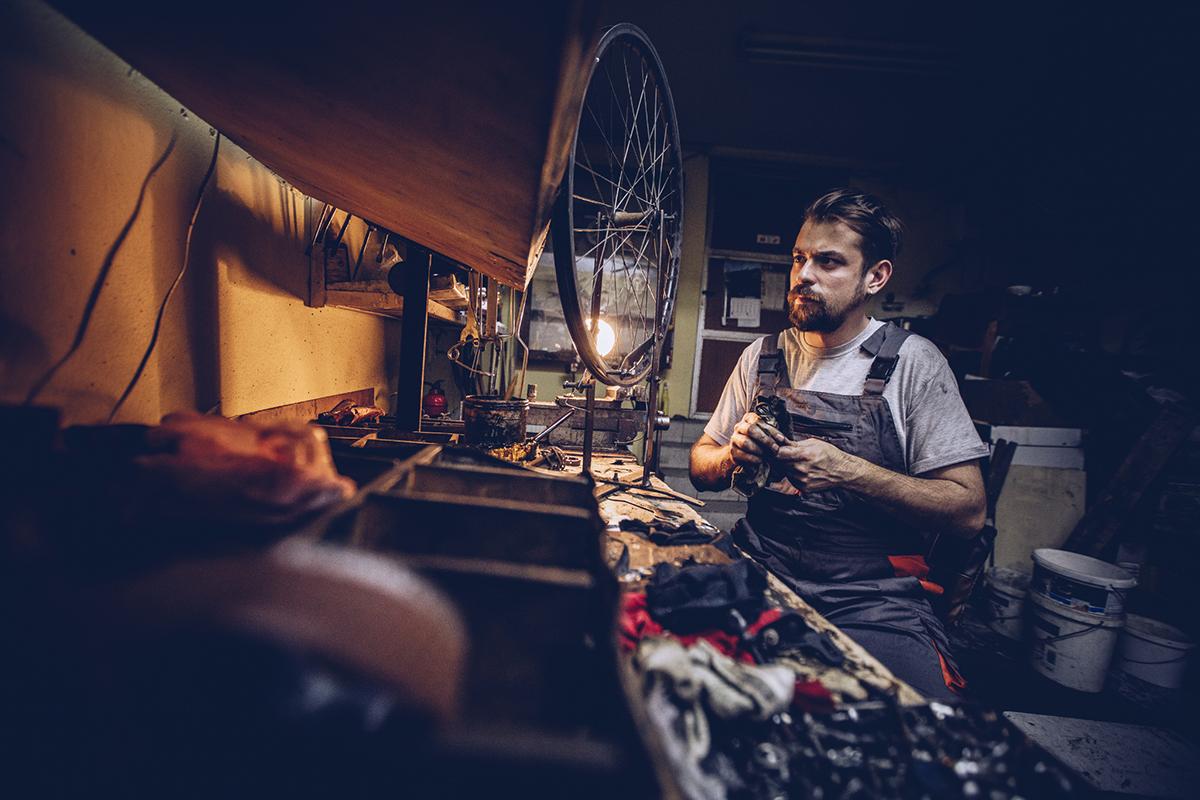 mechanik rowerowy w warsztacie